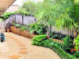 DSC00607 side garden E
